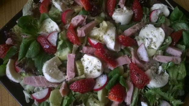 Wiosenna sałatka z truskawką, szynką i mozzarellą.
