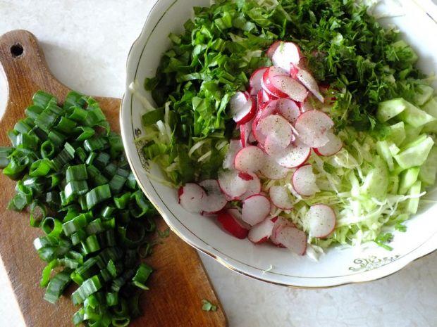 Wiosenna surówka ze szpinakiem i rzeżuchą