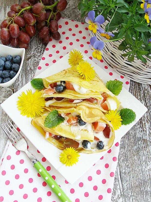 Wiosenne naleśniki z owocami i miodem z mniszka