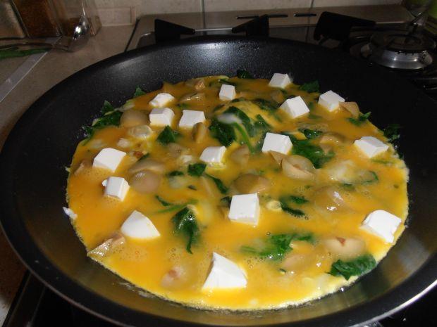 Wiosenny omlet z fetą i szpinakiem