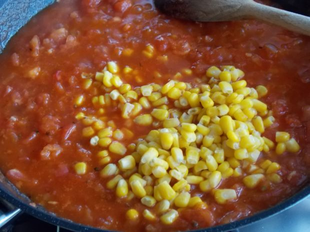 Wołowe klopsiki w sosie pomidorowym z kukurydzą