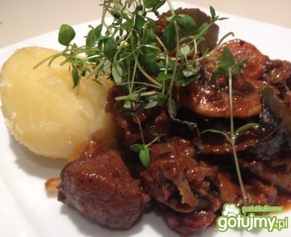Wołowina po burgundzku z ziemniaczkami