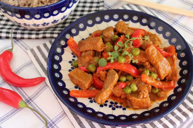 Wołowina po tajsku z papryką i groszkiem