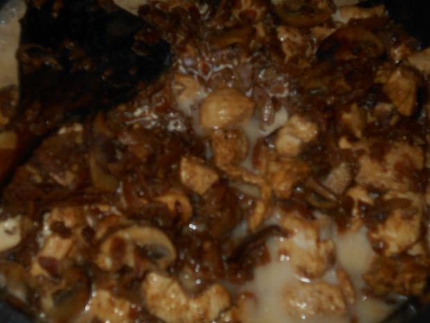 Wonton z czarną rzodkwią, kurczakiem i pieczarkami