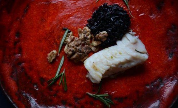 Żabnica z czarnym ryżem i orzechami włoskimi