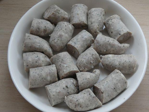 Zapiekana biała kiełbasa z cebulką i chrzanem