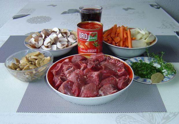 Zapiekana pręga wołowa z warzywami i winem
