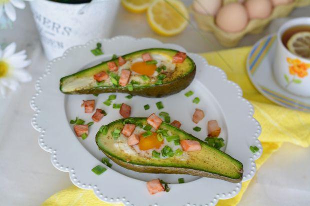 Zapiekane awokado z jajkiem i szynką