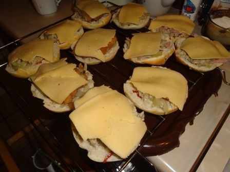 Zapiekane bułeczki z serem i pieczarkami