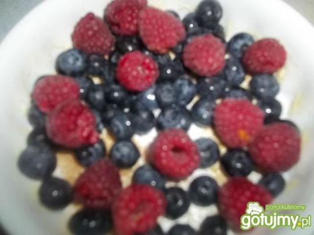 Zapiekane owoce z bezą i czekoladą