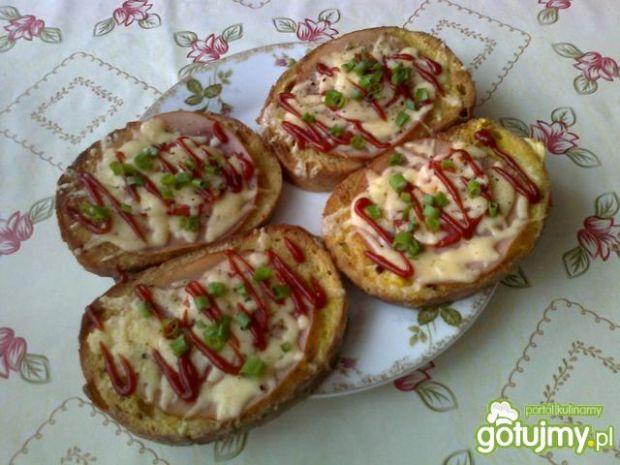 Zapiekane tosty z serem i kiełbasą