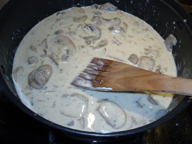 Zapiekanka gryczana z mięsem i sosem pieczarkowym