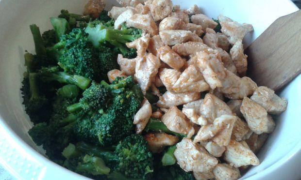 Zapiekanka jajeczna z brokułem i kurczakiem