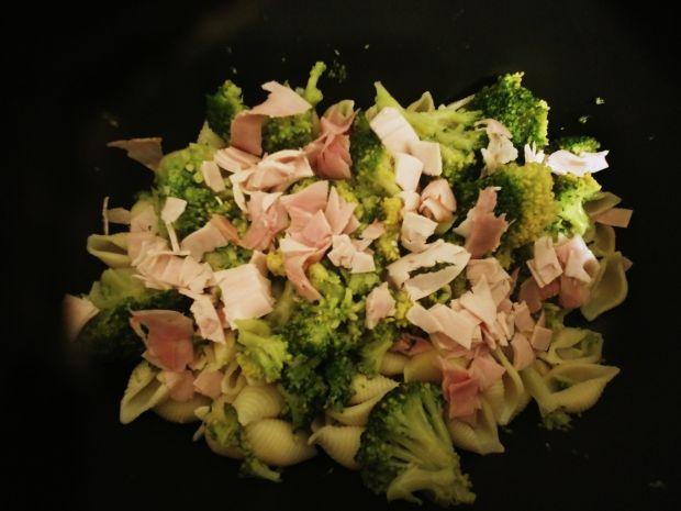 Zapiekanka makaronowa z brokułami i szynką