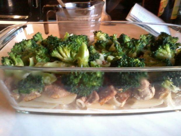 Zapiekanka makaronowa z brokułem i kurczakiem