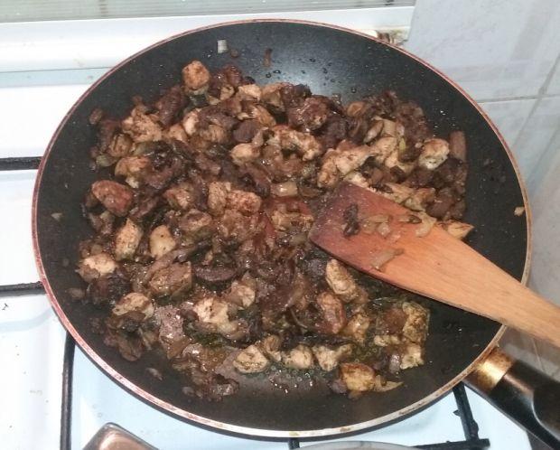 Zapiekanka makaronowa z kurczakiem i pieczarkami