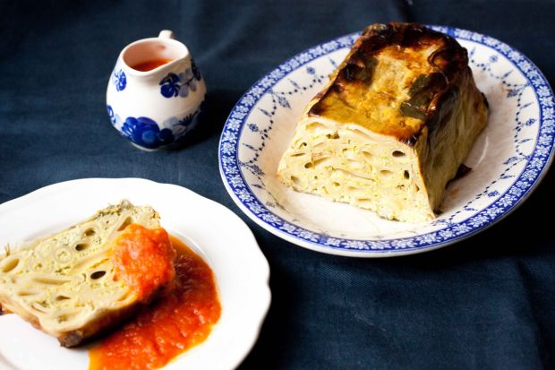 Zapiekanka makaronowo-porowa z sosem pomidorowym