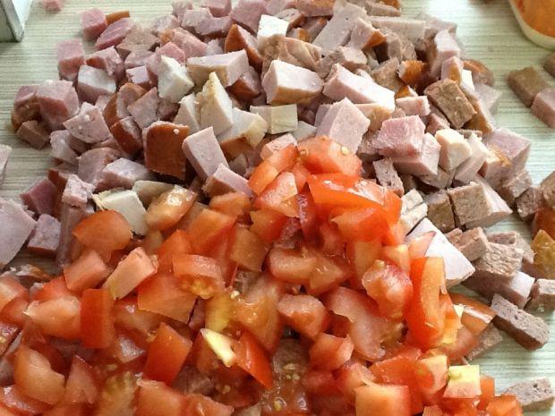 Zapiekanka z chlebem, pomidorem i kiełbasą