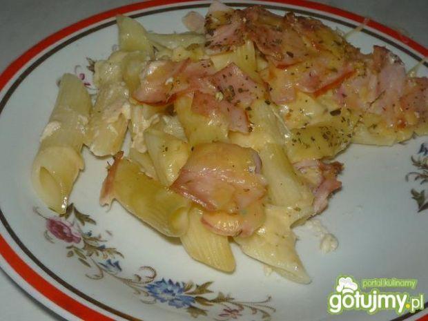 Zapiekanka z makaronem, szynka i serem