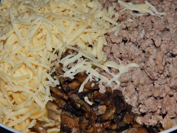 Zapiekanka z makaronu, mięsa mielonego i pieczarek