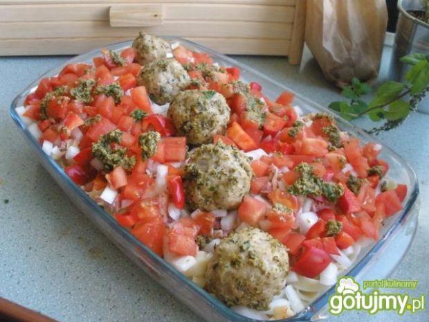 Zapiekanka z salami, pesto i klopsikami