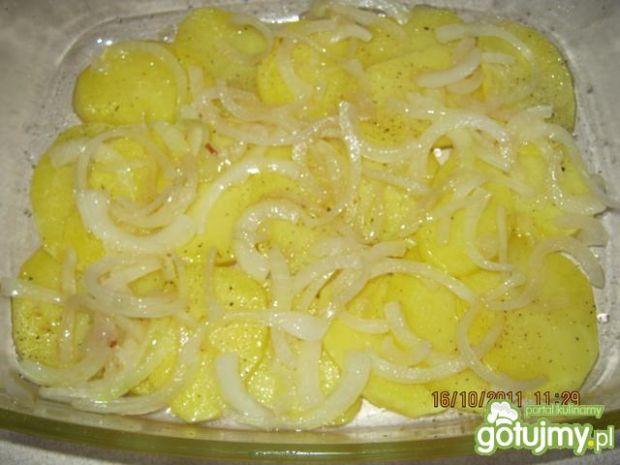 Zapiekanka ziemniaczana z kiełbasą.