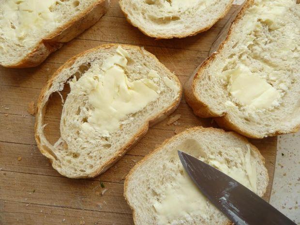 Zapiekanki z mielonką i żółtym serem i majonezem