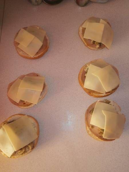 Zapiekanki z pieczarkami,wędliną i żołtym serem