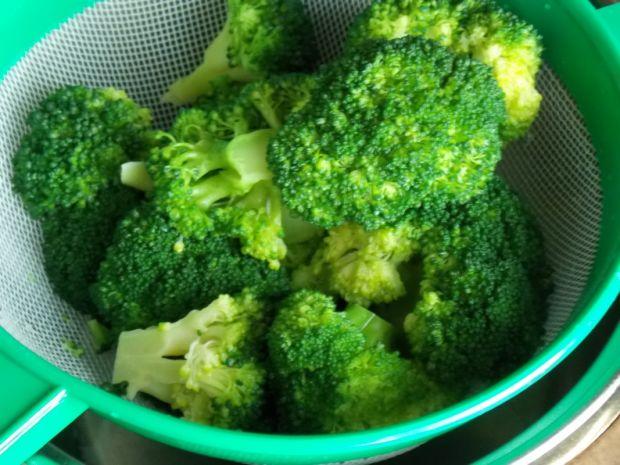 Zapiekany makaron z brokułem w sosie serowym