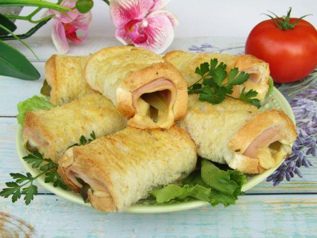 Zawijane tosty z wędliną, ogórkiem i żółtym serem