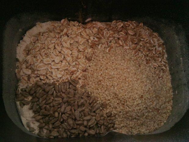 Chleb drożdżowy z płatkami i ziarnami