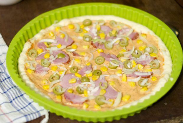 Domowa pizza z oliwkami, szynką i kukurydzą