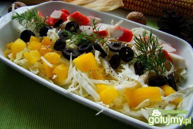 Zdrowa sałatka z paluszkami krabowymi