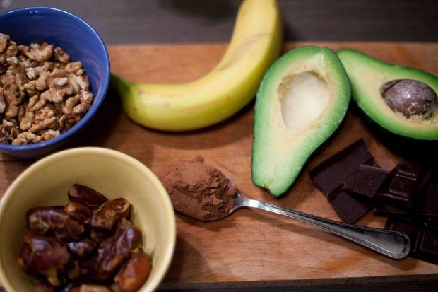 Zdrowe czekoladki z daktylami, orzechami i avocado