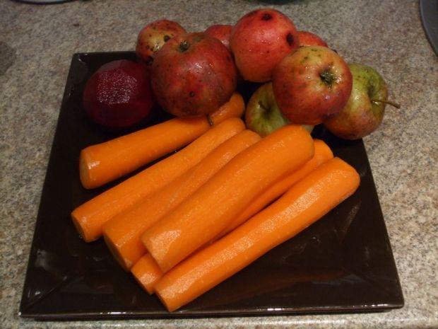Zdrowy sok z marchwi jabłek i buraków