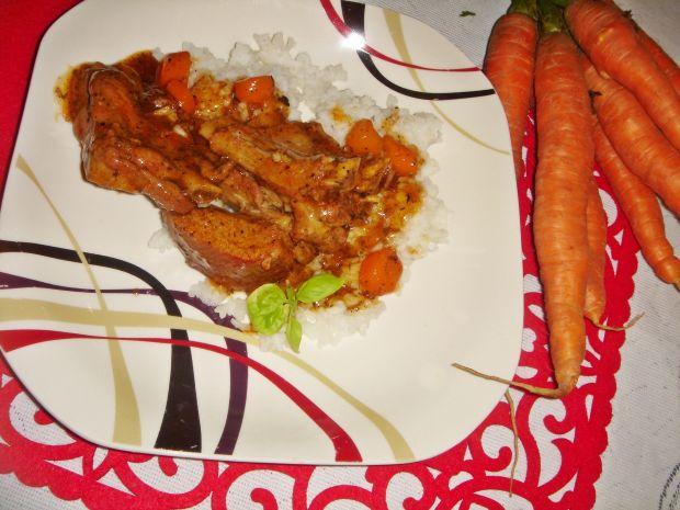 Żeberka w gęstym sosie z miodem i warzywami