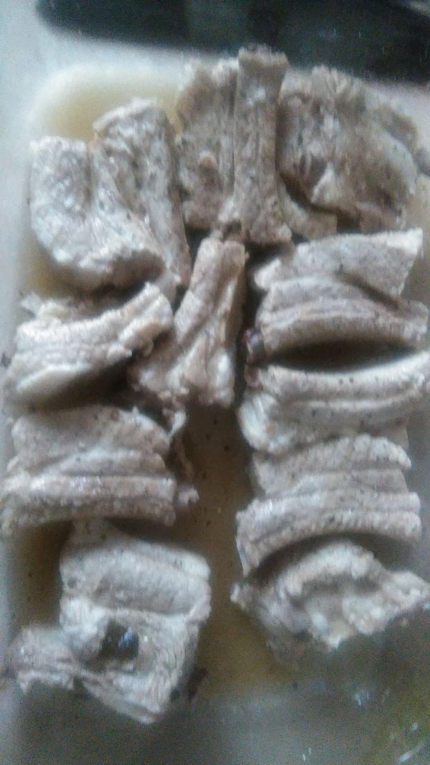 Żeberka w piwie i paście miso z sałatką z ogórków