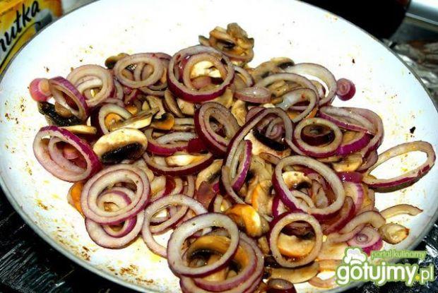 Żeberka z pieczarkami i cebulą