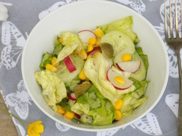 Zielona sałata z górkami, rzodkiewką i kukurydzą