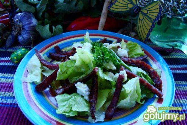 Zielona sałata z kiełbasą i fetą