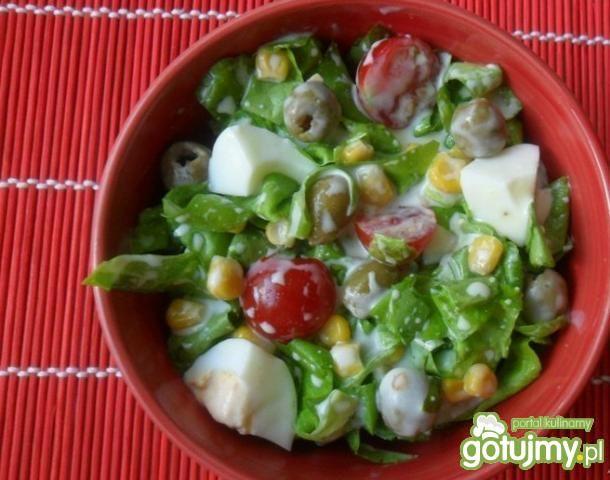 Zielona sałata z oliwkami i kukurydzą
