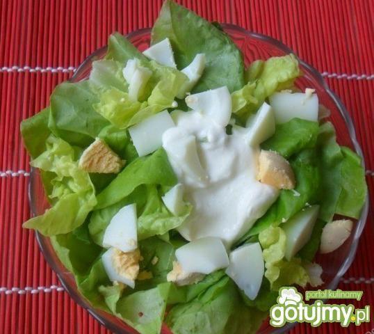 Zielona sałata ze śmietaną i jajkami