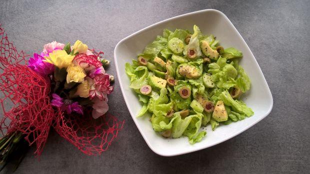 Zielona sałatka z awokado, ogórkiem i oliwkami