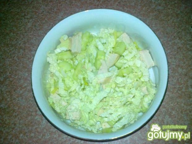 Zielona sałatka z gotowanym kurczakiem