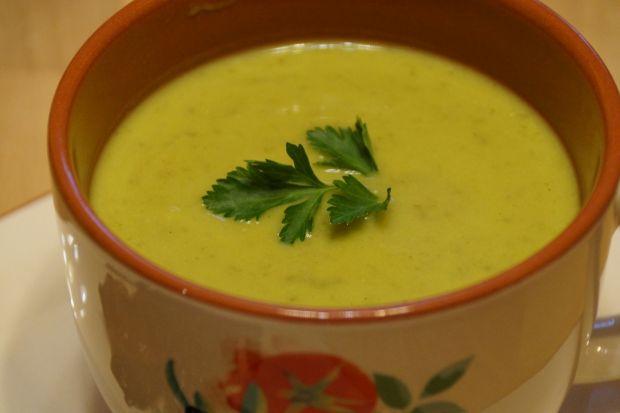 Zielona zupa-krem z groszku i sałaty
