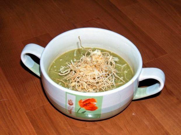 zielona zupa z chrupiącym makaronem