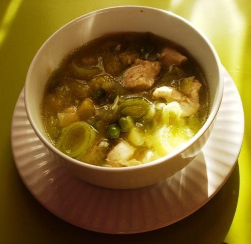 Zielona zupa z porem i cukinia