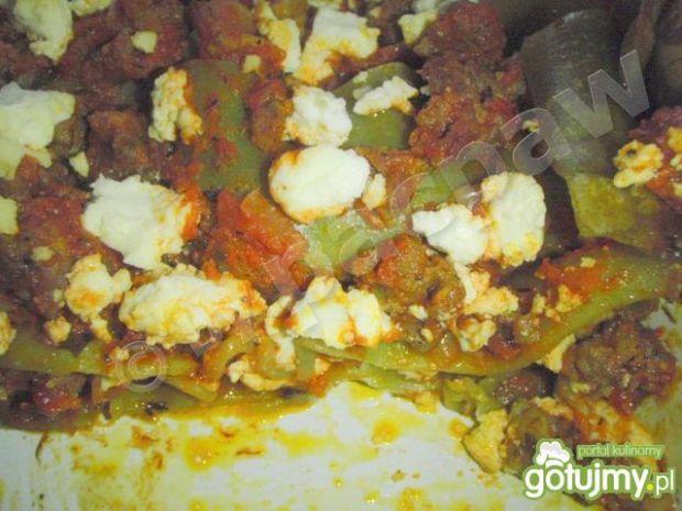 Zielone lasagne z sosem mięsnym i fetą