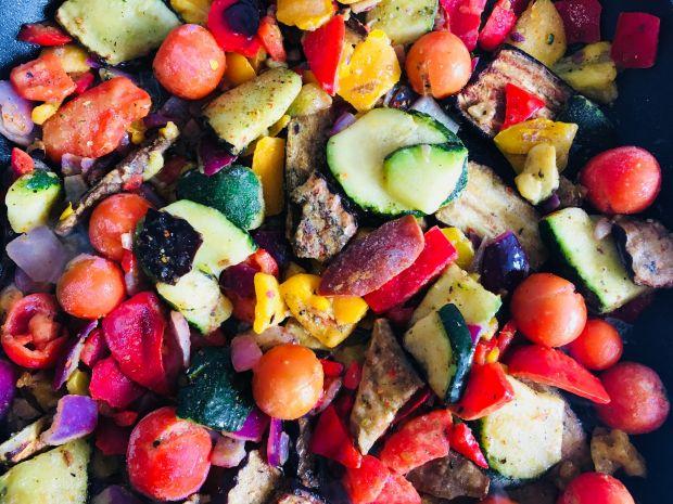 Zielone naleśniki z grillowanymi warzywami i serem