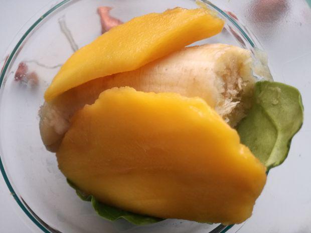 Zielone smoothie z mango i selerem